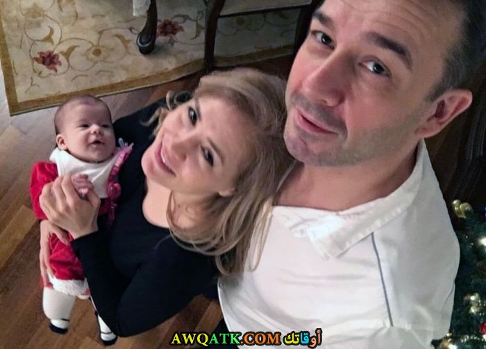 صورة عائلية للفنان التركي مراد ايجين مع زوجته وابنه