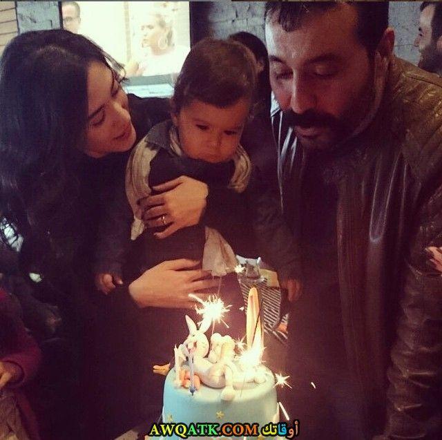 صورة عائلية للفنان التركي مصطفى أوستونداغ مع زوجته وابنه