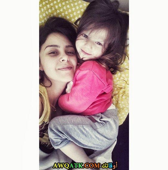 صورة عائلية للفنانة نيلاي دورو مع بنتها