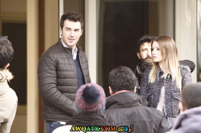 صورة عائلية للفنان التركي يوسف جيم مع حبيبته