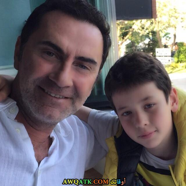 صورة عائلية للفنان أتيلا سارال مع ابنه