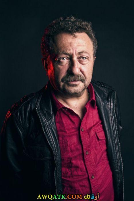 صورة الفنان التركي أركان جان داخل عمل
