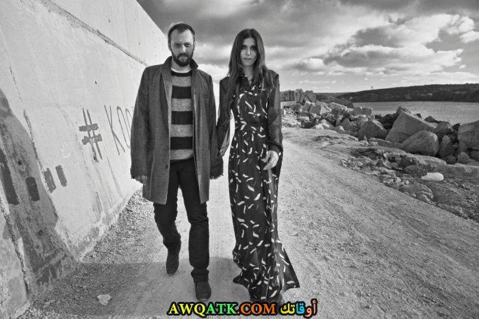 صورة عائلية للفنان التركي اوكان يالابيك مع حبيبته