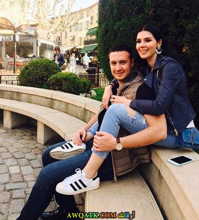 صورة عائلية للفنانة خديجة شنديل مع زوجها