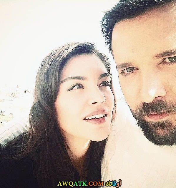 صورة عائلية للفنان التركي دينيز إيفن مع حبيبته