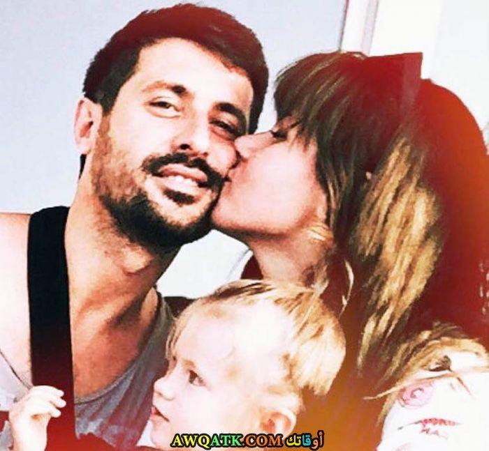 صورة عائلية للفنان التركي سركان كورو مع حبيبته