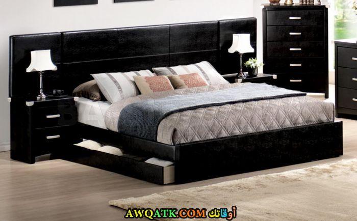 غرفة نوم خشب باللون الأسود