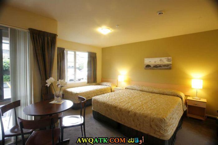 غرفة نوم صفراء جميلة