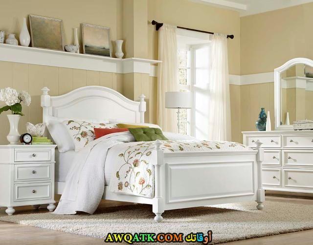 غرفة نوم كلاسيكية باللون الأبيض