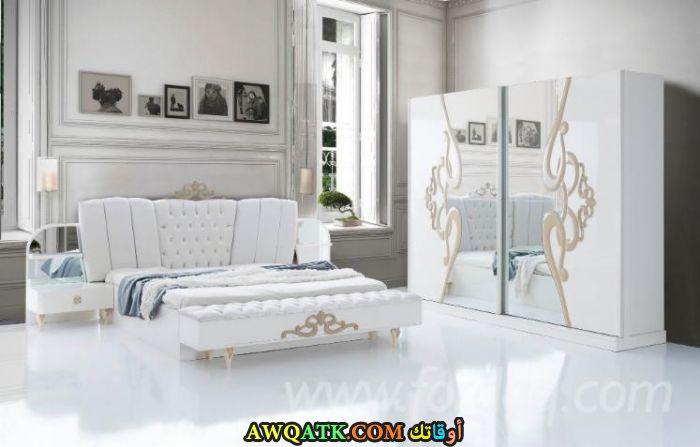 غرفة نوم بيضاء جميلة جداً