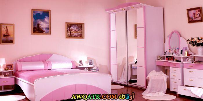 غرفة نوم خشب باللون البينك