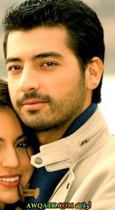 صورة الفنان التركي ميرت ألتينشيك وزوجته