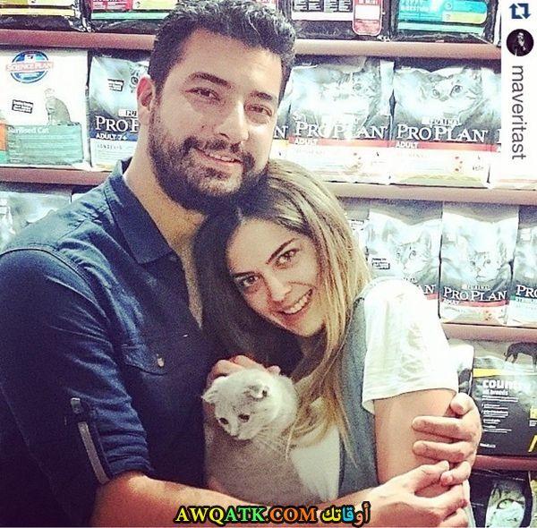 صورة عائلية للفنانة هازال أيلول شليك مع زوجها