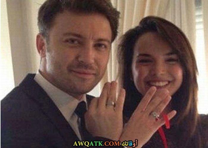 صورة الفنان التركي ﺗﻮﻟﻐﺎ ﺟﻮﻟﻴﺘﺶ وزوجته