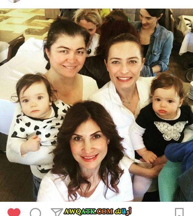صورة الفنانة التركية ﻋﺎﺋﺸﺔ ﺑﻨﺠﻮﻝ وأولادها