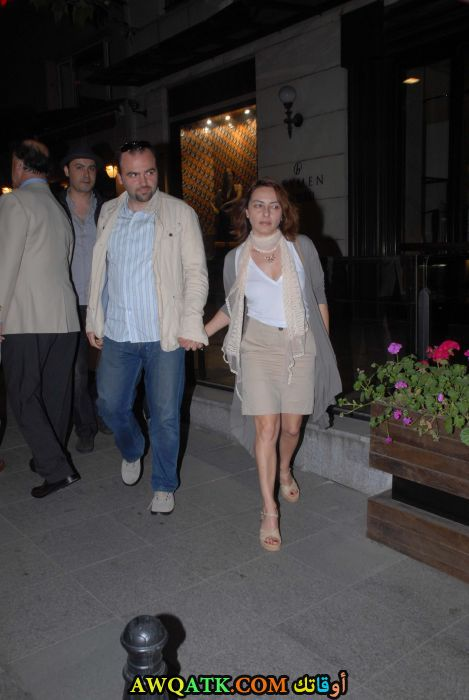 صورة عائلية للفنانة ﻋﺎﺋﺸﺔ ﺑﻨﺠﻮﻝ مع زوجها