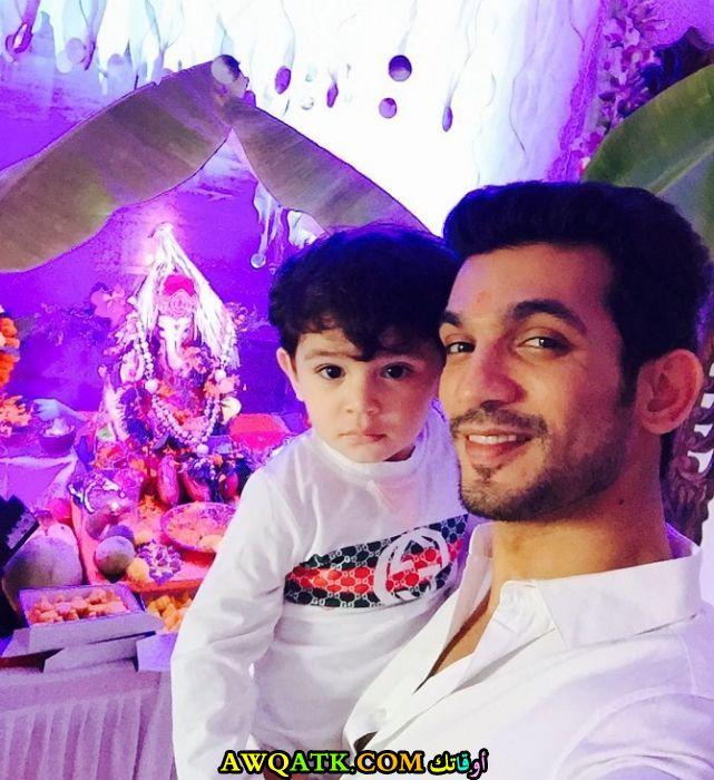 صورة الفنان الهندي ارجون بيجلاني وابنه