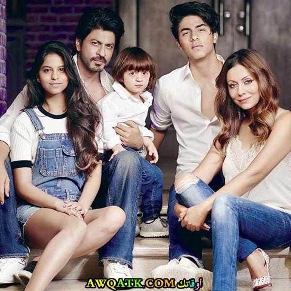 بوستر الفنان الهنديشاه روخ خان مع أولاده وزوجته