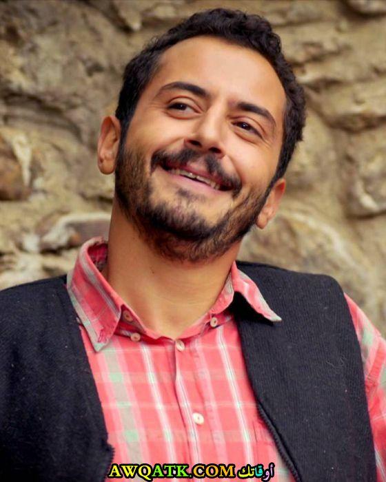 صورة الفنان التركي علي باركين داخل عمل