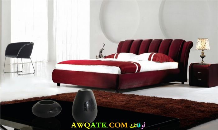 غرفة نوم أمريكية باللون الأحمر