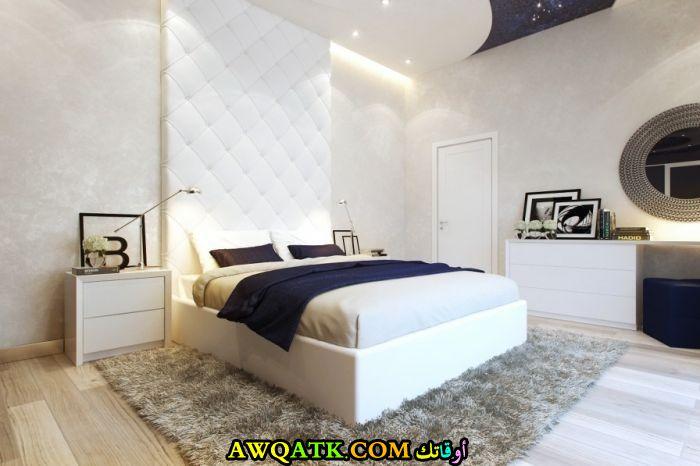 غرفة نوم جميلة وجديدة باللون الأبيض