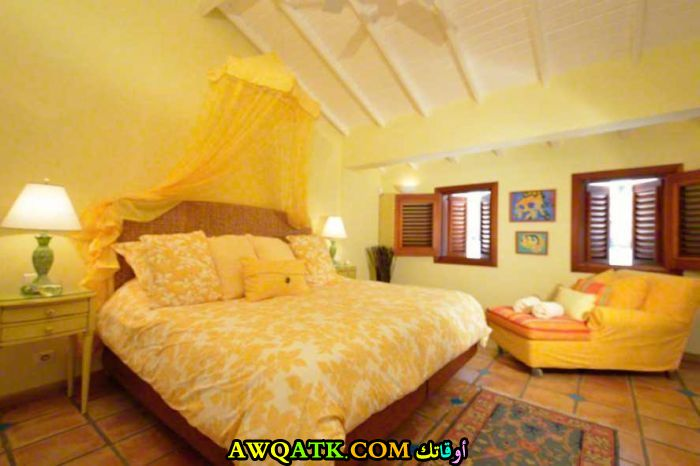 غرفة نوم صفراء تناسب المساحة الكبيرة