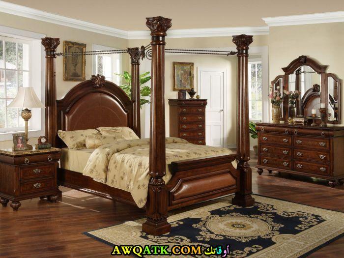 غرفة نوم بنية تناسب المساحة الكبيرة