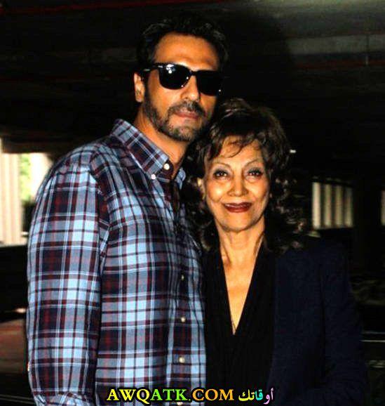 صورة عائلية للفنان الهنديأرجون رامبال مع أمه