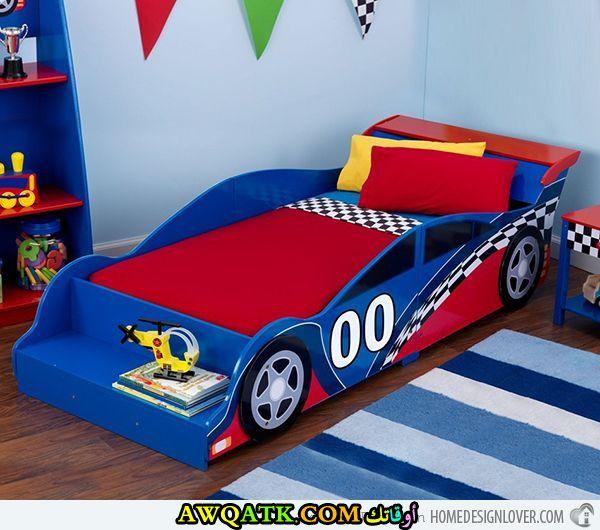غرفة نوم زرقاء علي شكل سيارة