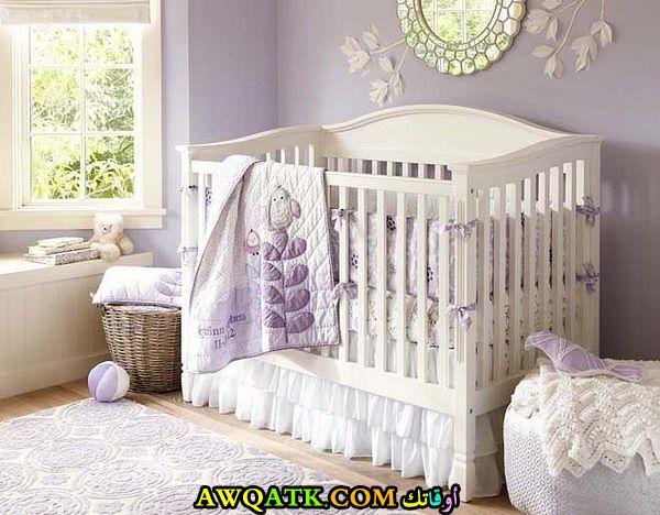 غرفة نوم للرضع باللون الأبيض