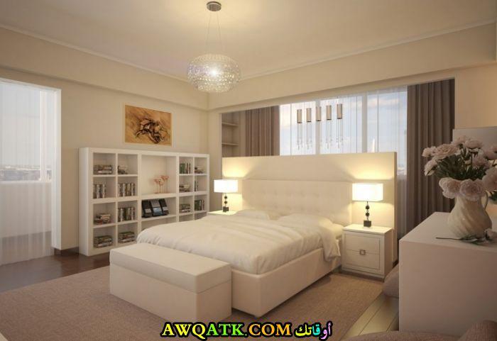غرفة نوم صغيرة الحجم باللون الأبيض