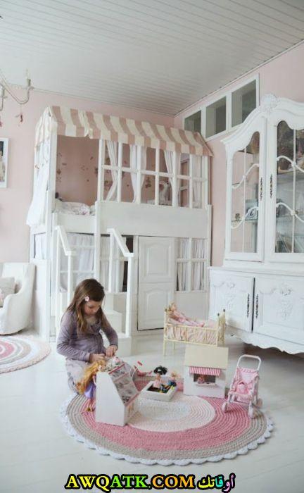 غرفة نوم طابقين باللون الأبيض