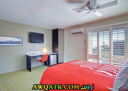 غرفة نوم رائعة وجديدة باللون البرتقالي