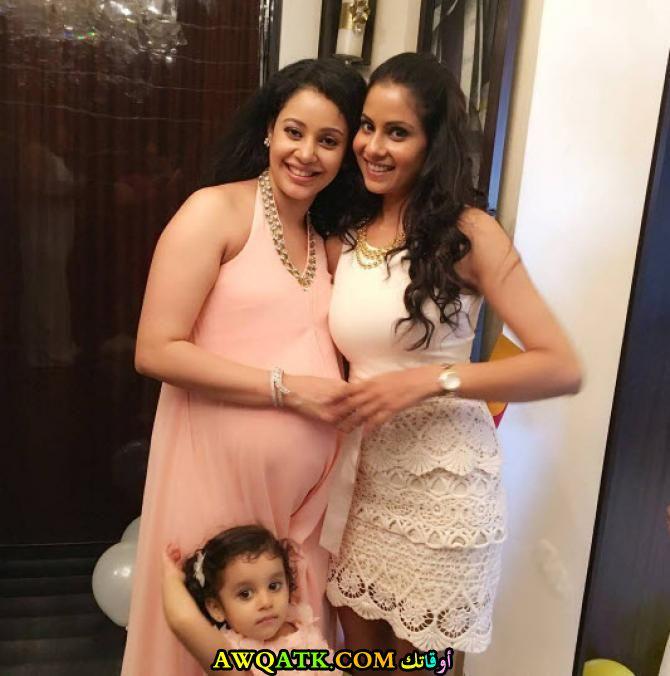 أجمل صورة للفنانة كاريشما رانديفا وهي حامل مع بنتها