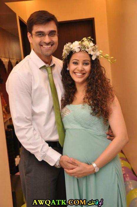 لعشاق الفنانة كاريشما رانديفا صورة جميلة وجديدة لها مع زوجها