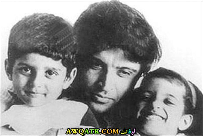 صورة قديمة ورائعة للنجم الهندي جافيد اختر مع أولاده