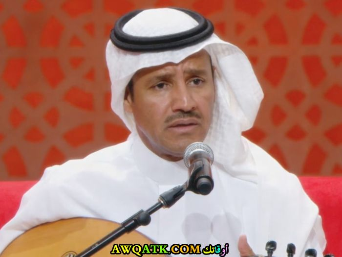 صورة الفنان السعودي خالد عبد الرحمن داخل عمل