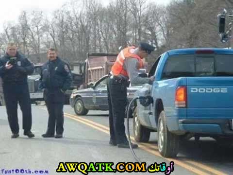 رجال الشرطة يضحكون
