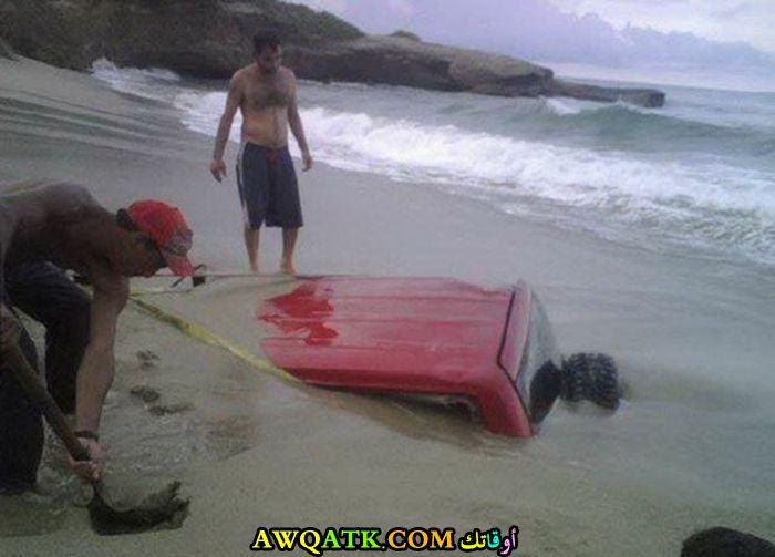 سيارة تغرق في الرمال