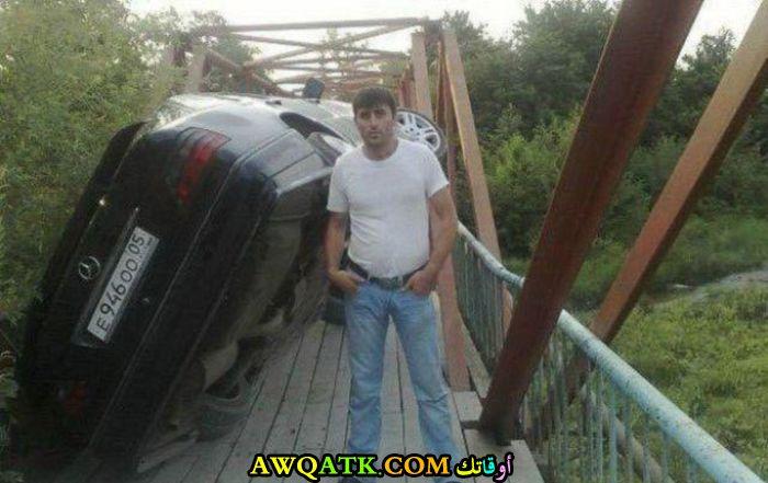 صورة تذكارية مع سيارته المقلوبة