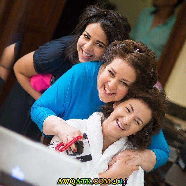 أجمل صورة للفنانة دنيا سمير غانم مع عائلتها اختها أيمي و والدتها دلال عبد العزيز
