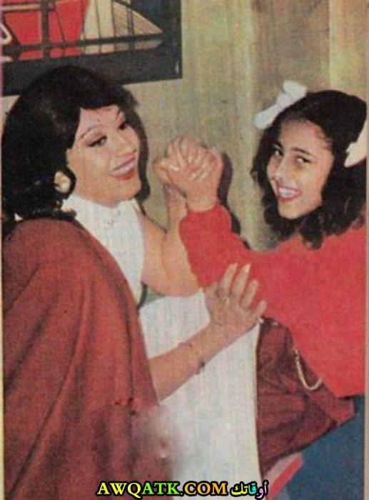 صورة قديمة ورائعة للنجمة المصرية سهير المرشدي مع بنتها