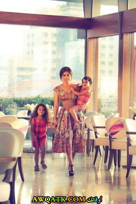 صورة للفنانة شيرين عبد الوهاب مع بناتها