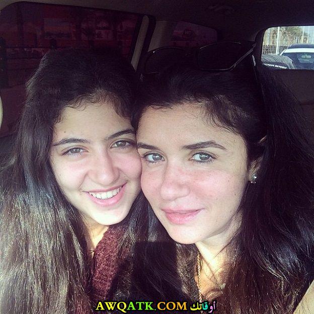لعشاق الفنانة غادة عادل صورة جميلة وجديدة مع بنتها