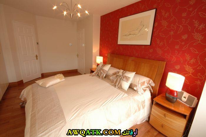 غرفة نوم باللون الأحمر والبيج