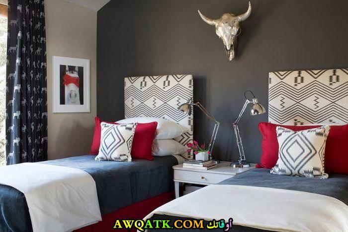 غرفة نوم أحمر في رمادي بسريرين