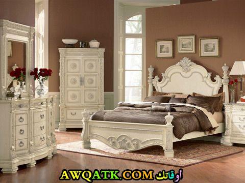 غرفة نوم أنتيك باللون الأبيض
