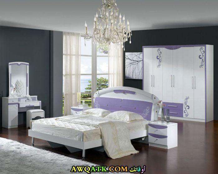 غرفة نوم باللون الأبيض بسيط وجميلة