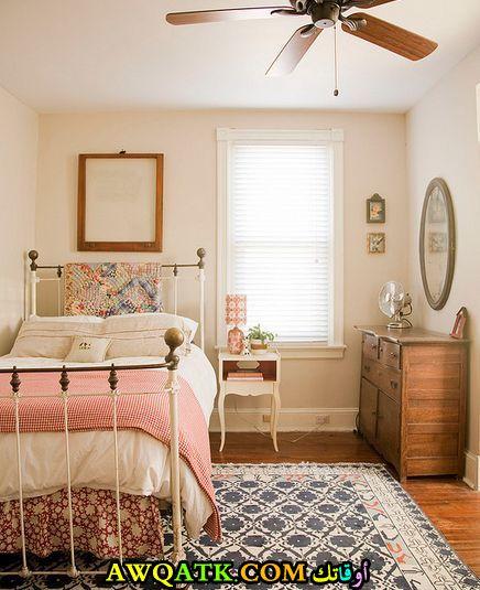 غرفة نوم بسيطة وصغيرة