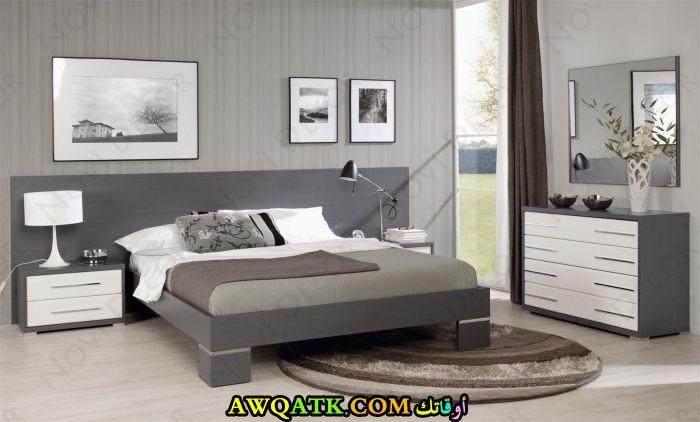 غرفة نوم خشب باللون الرمادي